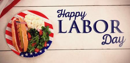 プレートにアメリカ国旗を持つホットドッグに対する幸せな労働者の日本文のポスター 写真素材