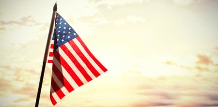 호수의 경치를 볼 미국 국기의 근접