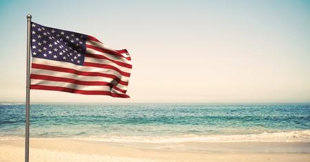 Composição digital da bandeira dos EUA na praia Foto de archivo - 84126219