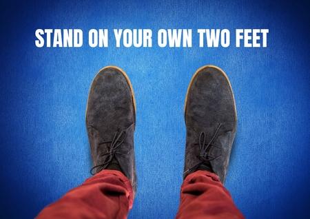 独自の 2 フィート テキストと青い背景を持つ足のグレーの靴にスタンドのデジタル合成 写真素材