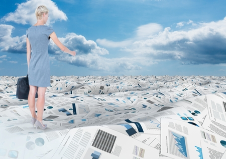 pelo castaño claro: Digital compuesto de la empresaria sosteniendo maletín en el mar de documentos bajo nubes de cielo