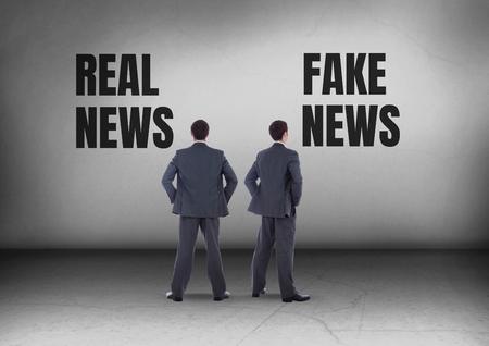 리얼 뉴스 또는 가짜 뉴스의 디지털 합성물 반대 방향으로보고있는 사업가