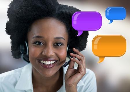 Digital Composite von Kundenservice Frau auf Headset mit glänzenden Chat Blasen
