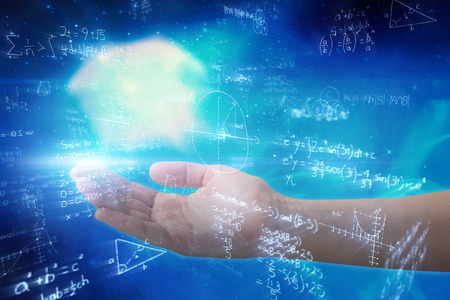 Bijgesneden hand van vrouw aanbieden tegen digitaal gegenereerde afbeelding van wiskundige vergelijkingen met diagram opgelost