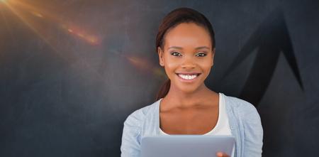 Silhouette de signe de flèche vers le haut contre la vue de face d'une femme noire en regardant la caméra Banque d'images - 84578420