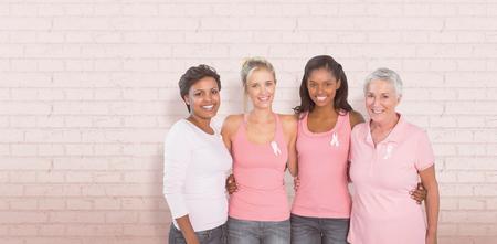 Retrato de mujeres felices que apoyan el problema social del cáncer de mama contra la pared blanca
