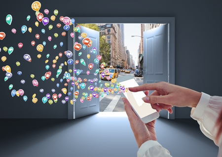 アプリケーションアイコンと携帯電話と女性の手のデジタルコンポジットは、それを形成しています。街への扉が開かれるホワイトルーム