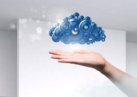 composite numérique de main ouverte avec des poids cog nuage Banque d'images