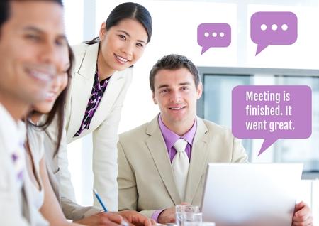 Digitale samenstelling van Bedrijfsmensen op vergadering op laptop met praatjebellen
