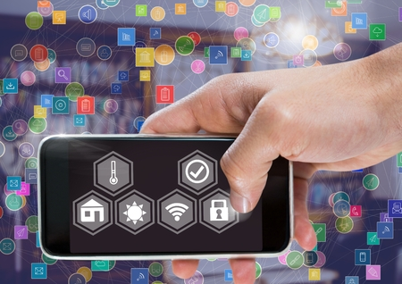 スマートホームインターフェースとコネクタを備えた手を保持する携帯電話のデジタルコンポジット