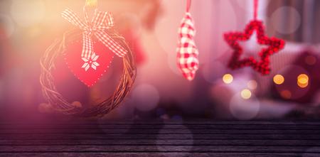 Close-up van gepatenteerde houten lambrisering tegen kerstmisbroodkoekjes en ornamenten Stockfoto