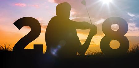 De golfspeler raakt de golfbal tegen hemel en gebied