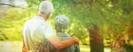 晴れた日に公園で微笑む幸せな老夫婦 写真素材
