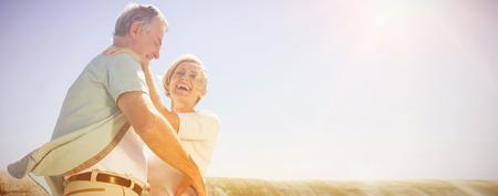 Ältere Frau , die ihren Partner an einem sonnigen Tag umarmt