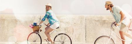 Casal fofo em um passeio de bicicleta em um dia ensolarado