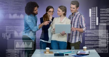 Digital-Zusammensetzung der Gruppe von Personen, die an Laptop mit Bildschirmtextschnittstelle arbeitet
