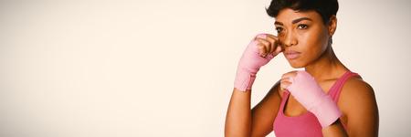 Mujer de mirada seria para la concienciación sobre el cáncer sobre fondo blanco.