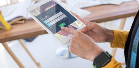 Página de inicio de sesión contra el diseñador de moda mediante tableta digital en Office