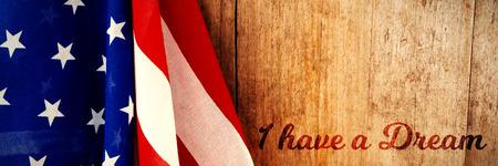 Tengo un sueño contra la bandera americana en una mesa de madera.