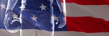 Nahaufnahme der US-Flagge gegen den amerikanischen Fußballspieler, der mit Rugbyball steht