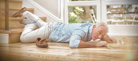 Hombre mayor, caído, de, escaleras, en casa