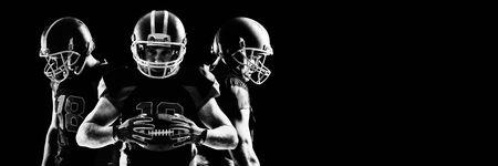 Junger American-Football-Spieler im Helm, der steht und nach unten schaut