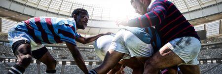 Joueurs de rugby contre le poteau de but de rugby un jour ensoleillé dans le stade Banque d'images