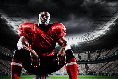 Giocatore di football americano contro lo stadio di calcio sotto il cielo nuvoloso Archivio Fotografico