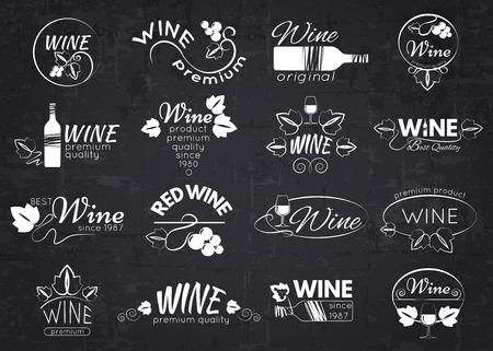vino: Conjunto de etiquetas de vino, escudos y logotipos de diseño sobre pizarra. Ilustración del vector.