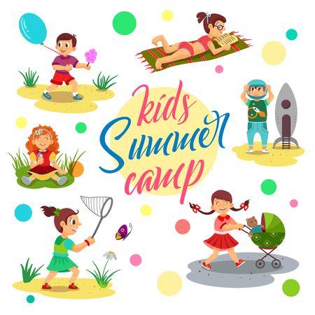 Vecteur de camp d'été pour enfants, enfants de bande dessinée. La fillette s'assied et mange de la glace, attrape les papillons et lit un livre. Garçon tenant des bonbons en coton. Vecteurs