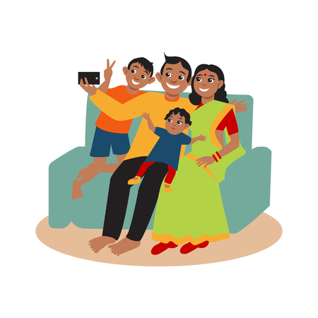 personas reunidas: Familia india feliz hace autofoto sentado en el sofá. Los padres y los niños constituyen una foto conjunta.