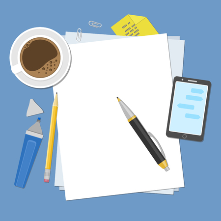 hojas de papel en blanco en el escritorio. Vista desde arriba de las hojas de papel en blanco, pluma, lápiz, marcador, teléfono inteligente, pegatinas, taza de café. Preparación para el trabajo, notas o bocetos.
