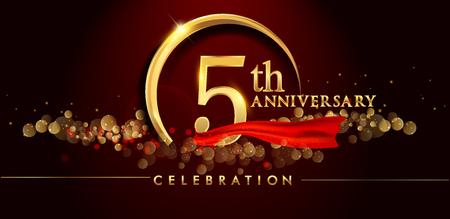 Logo del 5 ° anniversario con anello d'oro, coriandoli e nastro rosso isolato su sfondo nero elegante, scintilla, disegno vettoriale per biglietto di auguri e carta di invito
