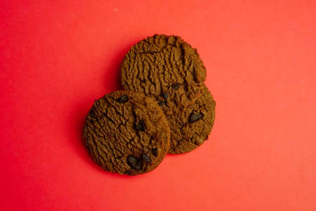 chocolate cookies and dark chocolate grain on wooden board background Banco de Imagens