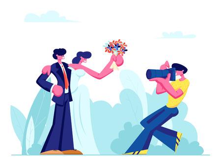Fotografo che fa foto di giovani coppie della sposa in vestito bianco che tiene il mazzo di fiori e sposo in vestito sulla cerimonia all'aperto di nozze, illustrazione piana di vettore del fumetto del fondo del prato verde. Vettoriali