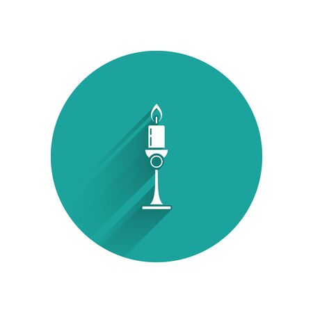 White Burning candle in candlestick icon isolated with long shadow. Old fashioned lit candle. Cylindrical candle stick with burning flame. Green circle button. Vector Illustration Zdjęcie Seryjne - 130925362