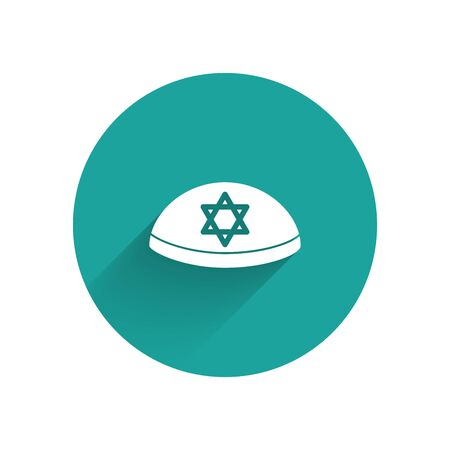 White Jewish kippah with star of david icon isolated with long shadow. Jewish yarmulke hat. Green circle button. Vector Illustration 向量圖像