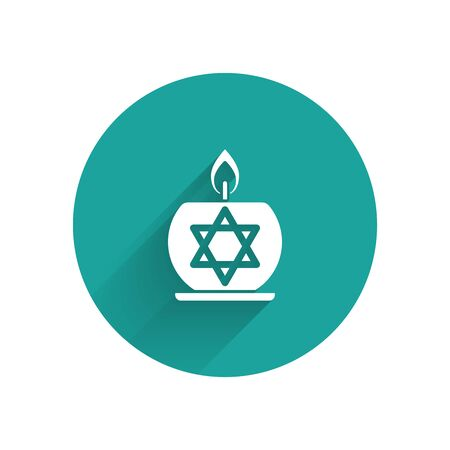 White Burning candle in candlestick with star of david icon isolated with long shadow. Cylindrical candle stick with burning flame. Green circle button. Vector Illustration Zdjęcie Seryjne - 130926601