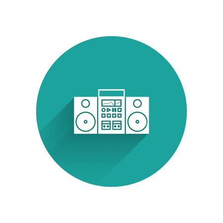 White Home stereo with two speakers icon isolated with long shadow. Music system. Green circle button. Vector Illustration Stock Illustratie