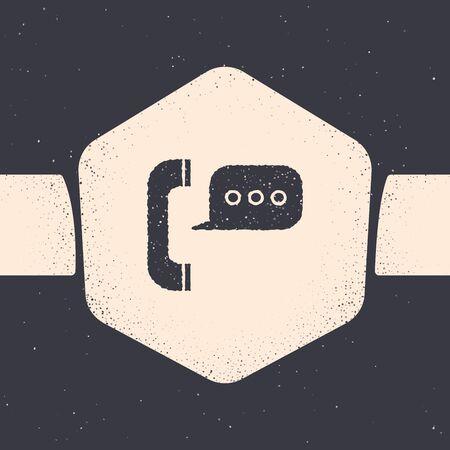 Téléphone grunge avec icône de chat bulle isolé sur fond gris. Support service client, hotline, centre d'appels, faq, maintenance. Dessin vintage monochrome. Illustration vectorielle