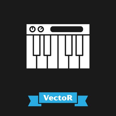 White Music synthesizer icon isolated on black background. Electronic piano. Vector Illustration Foto de archivo - 134489699