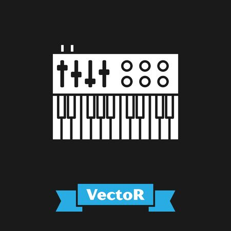 White Music synthesizer icon isolated on black background. Electronic piano. Vector Illustration Foto de archivo - 134488406