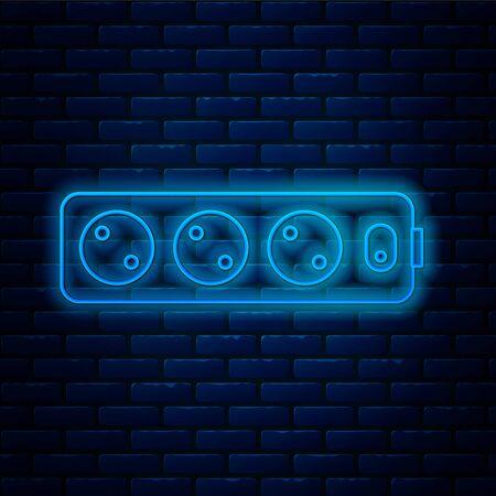 Ligne de néon rougeoyante Icône de rallonge électrique isolée sur fond de mur de briques. Prise de courant. Illustration vectorielle