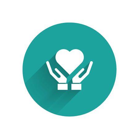 """Weißes Herz an Hand-Symbol mit langem Schatten isoliert. Hand, die Liebessymbol gibt. Valentinstag-Symbol. Schaltfläche """"Grüner Kreis"""". Vektorillustration"""