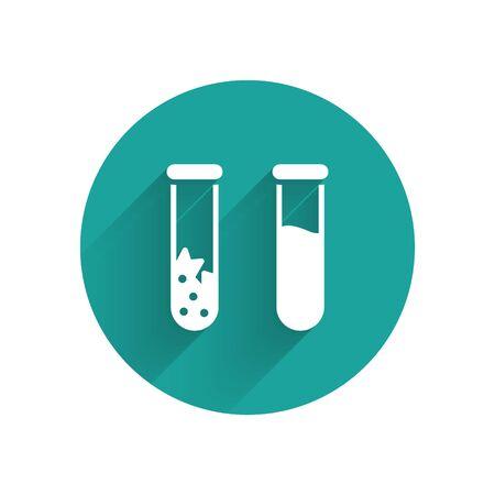 """Weißes Reagenzglas und Flasche - chemisches Labortestsymbol isoliert mit langem Schatten. Zeichen für Laborglas. Schaltfläche """"Grüner Kreis"""". Vektorillustration"""