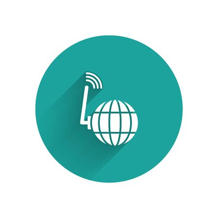 White Global technology or social network icon isolated with long shadow. Green circle button. Vector Иллюстрация