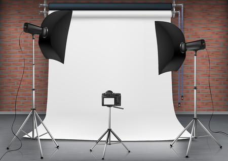 Illustrazione realistica di vettore della stanza vuota con schermo bianco vuoto, luci da studio con scatole morbide su treppiede. Sfondo concettuale con moderne apparecchiature di illuminazione per la fotografia professionale
