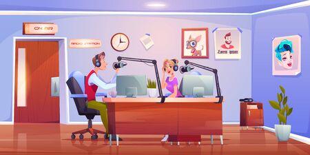 Radio presenta a dj en estudio, presentadores hombre y mujer en auriculares sentados en la sala de la estación a la mesa con micrófonos y PC transmitiendo programas de música y podcast en el aire. Ilustración vectorial de dibujos animados