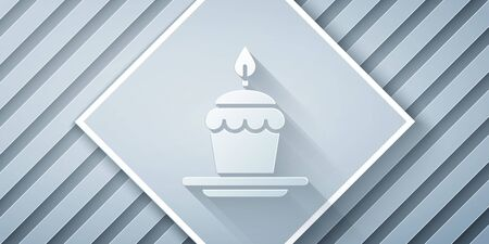 Paper cut Cake with burning candles icon isolated on grey background. Happy Birthday. Paper art style. Vector Illustration Standard-Bild - 140631378