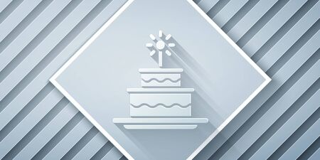 Paper cut Cake with burning candles icon isolated on grey background. Happy Birthday. Paper art style. Vector Illustration Standard-Bild - 140631425